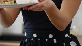 Flicka som rymmer en Tray With Breakfast av pannkakor med frukt stock video