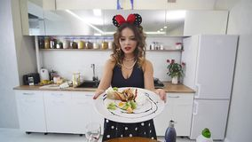 Flicka som rymmer en Tray With Breakfast av pannkakor med frukt arkivfilmer