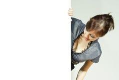 Flicka som rymmer ett annonserande tecken Royaltyfria Foton