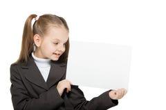Flicka som rymmer ett ark av papper royaltyfria foton