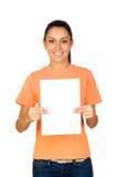 Flicka som rymmer ett blankt papper Arkivfoto