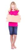 Flicka som rymmer ett blankt papptecken Royaltyfria Foton