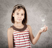 Flicka som rymmer ett timglas Royaltyfri Foto