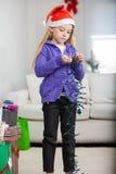 Flicka som rymmer felika ljus under jul Fotografering för Bildbyråer