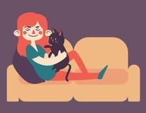 Flicka som rymmer hennes älsklings- katt på soffan Royaltyfria Foton