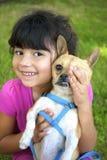Flicka som rymmer hennes chihuahua Arkivbild