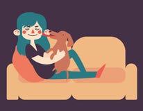 Flicka som rymmer hennes hund på soffan Royaltyfria Bilder