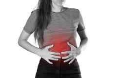 Flicka som rymmer hennes mage buk- smärta close upp Isolerat på royaltyfri fotografi