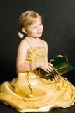 flicka som rymmer little pr-sitting Royaltyfri Foto