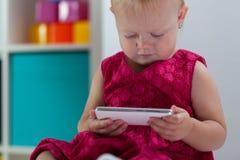 flicka som rymmer little smartphone Fotografering för Bildbyråer