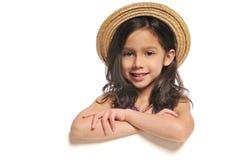flicka som rymmer little tecken royaltyfria bilder