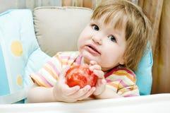 flicka som rymmer little tomat Arkivbild