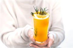 Flicka som rymmer orange fruktsaft arkivfoto