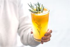 Flicka som rymmer orange fruktsaft royaltyfria foton
