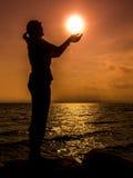 Flicka som rymmer solen Arkivfoton