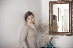 Flicka som rymmer väggen Royaltyfri Foto