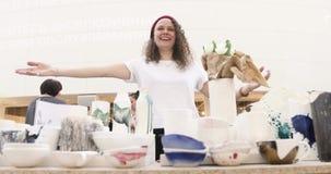 Flicka som säljer den handgjorda keramikmarknadsräknaren stock video