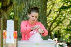 Flicka som säljer godis-floss Royaltyfri Foto