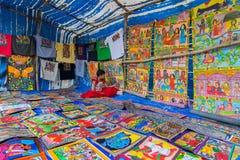Flicka som säljer hemslöjder i den Pingla byn, västra Bengal, Indien Arkivbilder