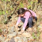 Flicka som söker efter stenar Royaltyfri Bild