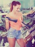 Flicka som söker för par av nya skor Arkivbilder