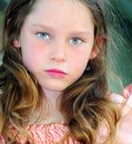 flicka som ser allvarlig fotografering för bildbyråer