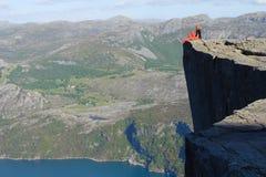 flicka som ser berg Fotografering för Bildbyråer