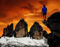 Flicka som ser den Tre cimen di Lavaredo Royaltyfria Bilder