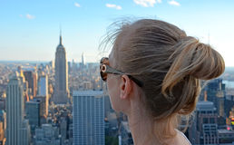 Flicka som ser Empire State Building Arkivfoto