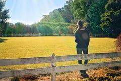 Flicka som ser fältet Arkivfoton