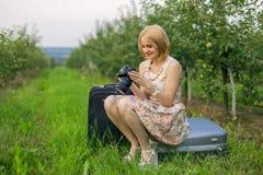 Flicka som ser foto Royaltyfri Bild