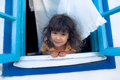 Flicka som ser från fönster Royaltyfria Bilder