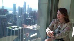 Flicka som ser fr?n skyskrapa p? Manhattan i New York arkivfilmer