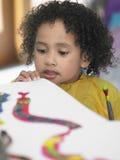 Flicka som ser hennes målning i Art Class Royaltyfri Bild
