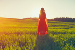 flicka som ser magisk soluppgång Fotografering för Bildbyråer