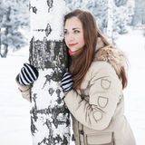 Flicka som ser med hoarfrosted träd på baksidan Royaltyfri Bild