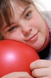 flicka som ser naturligt tonårs- Arkivfoto