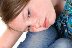 flicka som ser SAD barn Arkivfoto