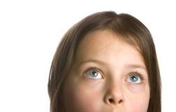 flicka som ser skyen till upp Fotografering för Bildbyråer