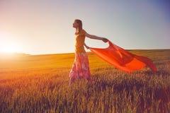 Flicka som ser soluppgång Royaltyfri Bild