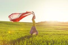 Flicka som ser soluppgång med silkespappret Arkivfoton