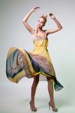 Flicka som ser som den Barbie dockan Royaltyfria Foton