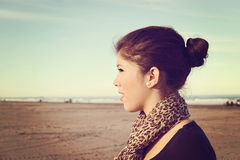 Flicka som ser stranden Royaltyfria Foton