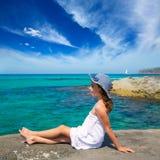 Flicka som ser stranden i medelhavs- Formentera turkos Royaltyfri Foto