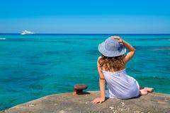 Flicka som ser stranden i medelhavs- Formentera turkos Royaltyfri Fotografi
