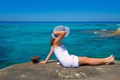 Flicka som ser stranden i medelhavs- Formentera turkos Royaltyfria Foton
