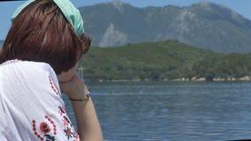 Flicka som ser till öar stock video