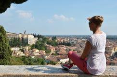 Flicka som ser till den Verona staden Arkivbilder
