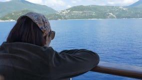 Flicka som ser till Shoreline med skeppet lager videofilmer