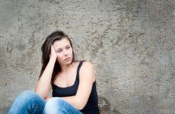 flicka som ser tonårs- fundersama problem Arkivfoto